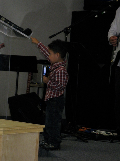 In the middle of I Am Free he lifted his hand! Sooo cute!!!